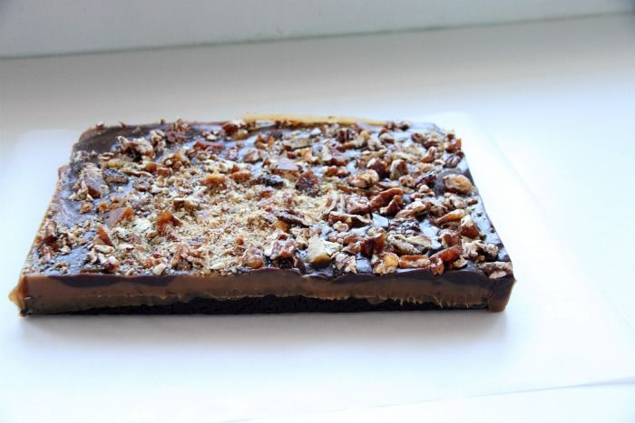 Hello everyone, I hope you are all well! Today's temptation is a toffee pecan caramel brownie, a special brownie for a special occasion… Here is the recipe, enjoy! Start by making the brownie base. Brownie base 16 oz. (450 g) dark chocolate 2/3 cup (140 g) butter 1 3/4 cup (350 g) brown sugar 4