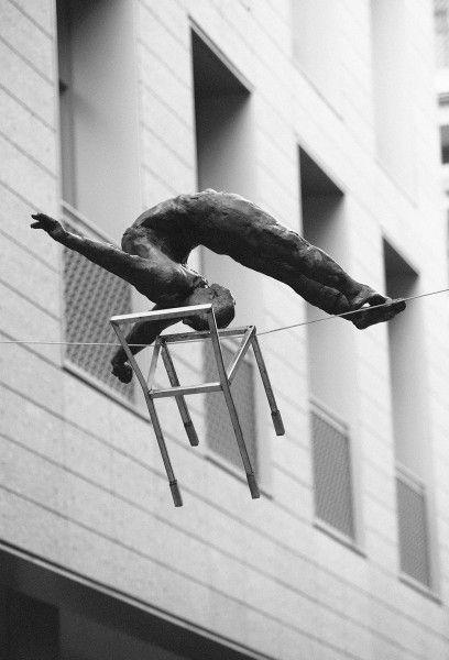 Akrobata z krzesełkiem, 2011, fot. Bartek Kędziora