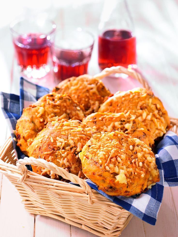 Ein pikantes Gebäck mit Röstzwiebeln und Käse für das Picknick