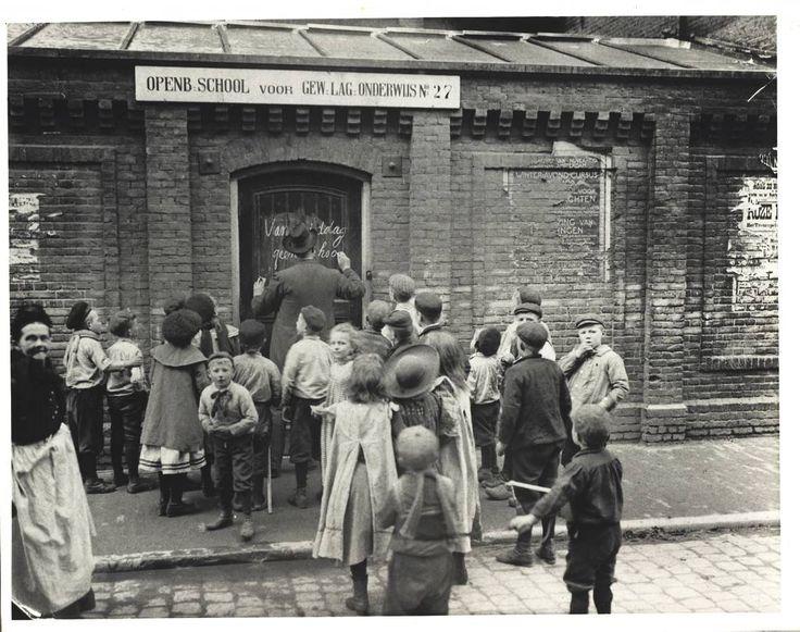 Op de geboortedag van prinses Juliana in 1909 kregen de leerlingen van de openbare lagere school aan de Grote Wittenburgerstraat 39 in Amsterdam vrij. beeld Nationaal Onderwijsmuseum