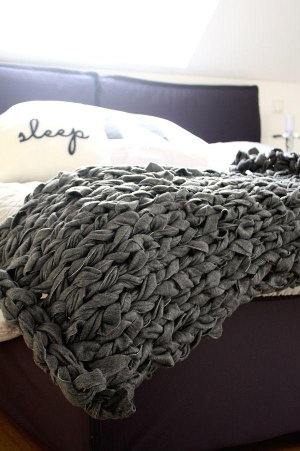 Decke Fleecestreifen stricken chunky knit wolle selber machen handstricken fleecedecke streifen schneiden
