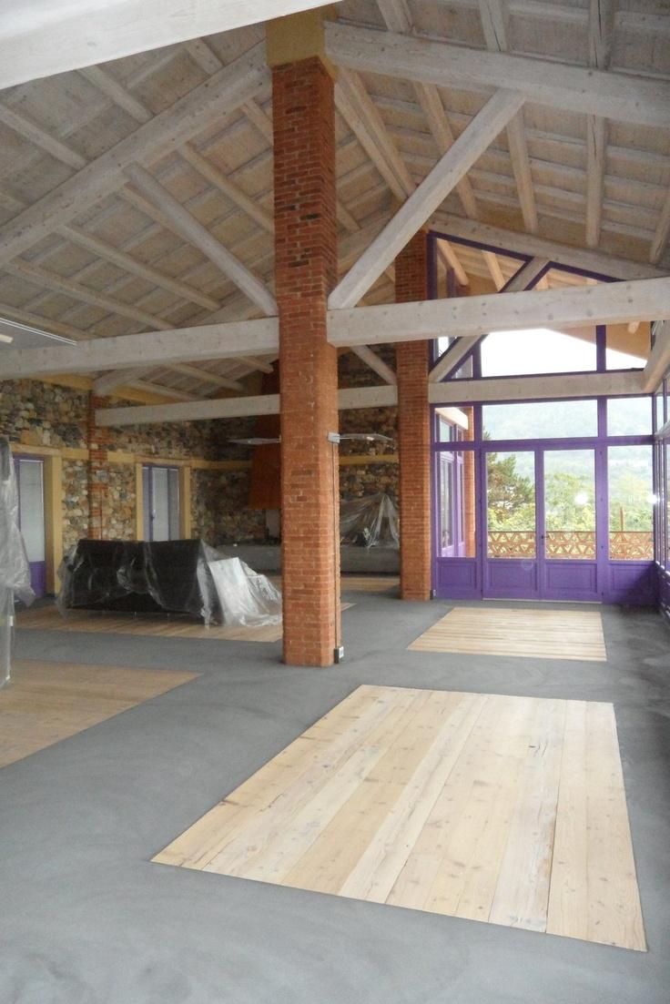 Living room: pavimento in cemento Microbond con inserti in legno.
