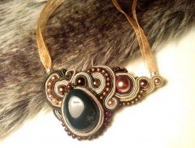 Soutache technikou šitý elegantný náhrdelník s krásne tmavozeleno sfarbeným kameňom - heliotrop. Tento kamienok má na povrchu malý kaz - navyleštené škrabance, takže je v ponuke so zľavou. Zavesený na šifónovej stužke s viazaním vzadu na krku. Tento šperk krásne ukáže na bielej blúzke v goliériku, alebo ku koženej bunde :)