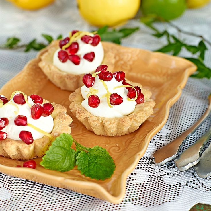 Mandelmusslor med citronmousse, en klassiker med god och syrlig fyllning. Passar som dessert på ett buffébord då allt går att förbereda.