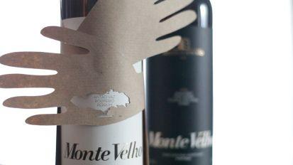Descubra a envolvência de um abraço, aliado a um dos melhores vinhos Portugueses - Monte Velho.  #esporão #alentejo #vinho #abraço
