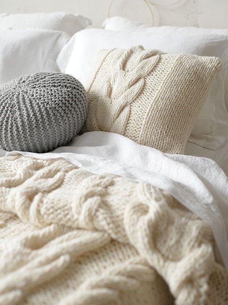 Lugares para no salir en todo el día. Cama con edredón y cojines de lana de invierno. Deco. vía busybeingfabulous.com