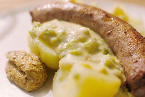 Braadworsten van perfecte kwaliteit, savooikool met kaassaus en gekookte aardappelen: Jeroen kookt lekkere winterse dagelijkse kost.Savooi of groene kool is een van de oudste koolsoorten en komt oorspronkelijk uit het gebied rond de Middellandse zee. De groente bevat veel vitamine C, calcium, fosfor en kalium. Deze kool bewaart minder lang dan haar witte of rode collega
