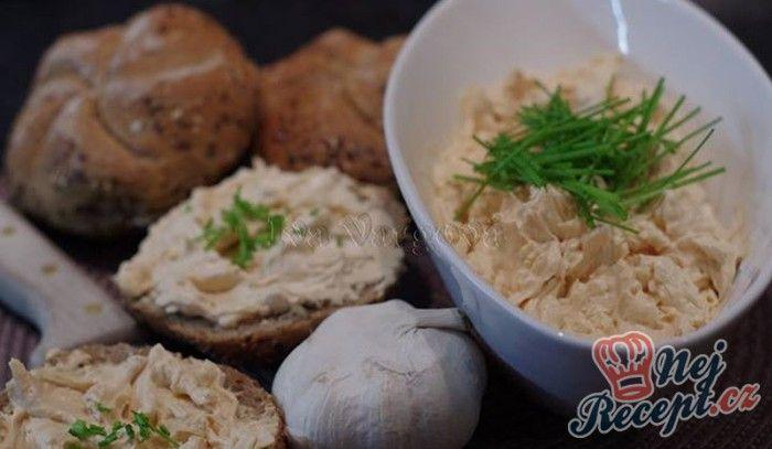 Česneková pomazánka podávaná s čerstvým pečivem. Kdo miluje chuť česneku, určitě si pochutná. Mňam!
