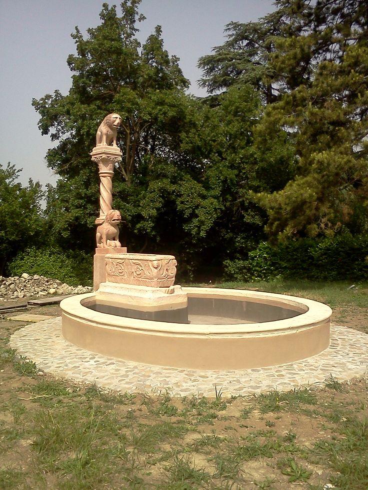 23 - la fontana è ultimata; i bancali in arenaria dell'ovale esterno sono stati scialbati, e l'anello esterno è stato dipinto con pittura a calce (acqua di calce e pigmenti).
