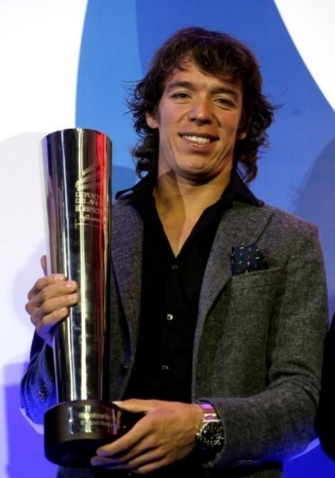 Ribgoberto Uran with his prize