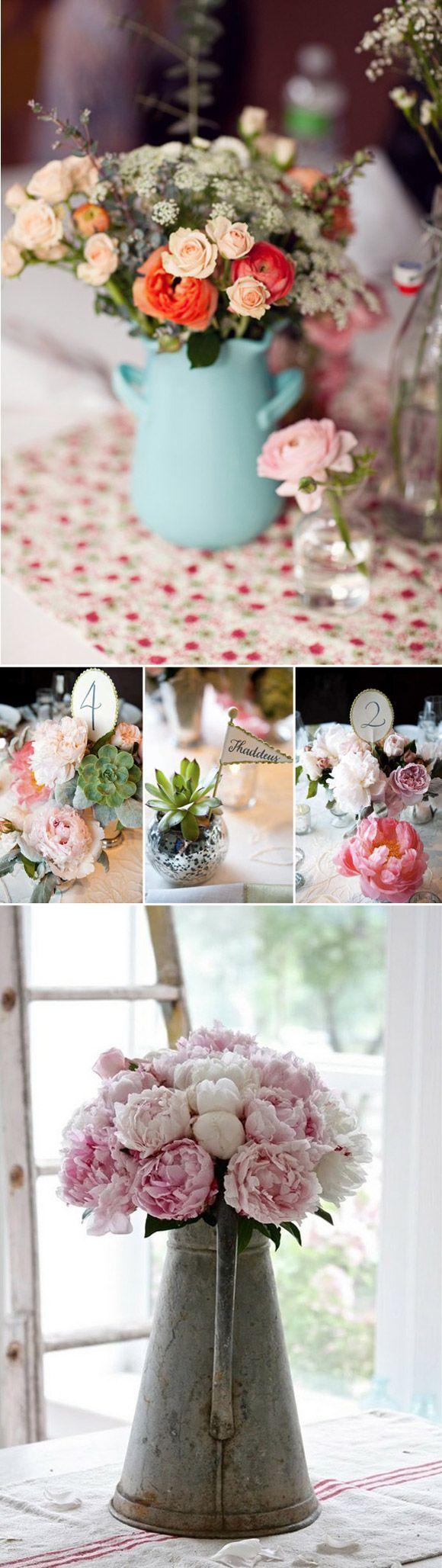 Preciosos y originales centros de mesa con flores, suculentas y regaderas antiguas.
