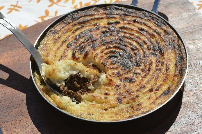 [食材] マッシュポテトの素 50g 牛乳 200ml バター 20g 牛ひき肉 200g タマネギ(みじん切り) 小1個 マッシュルーム(1/4にカット) 2個 ミニトマト(1/4にカット) 5個 ピザ用チーズ 25g リーペリンソース(なければウスターソース)大さじ1 あら塩 適宜 ブラックペッパー 小さじ1 オリーブオイル 大さじ1 [作り方] 1.ボウルにマッシュポテトの素を入れ、鍋を中火で熱しバター、牛乳を入れて温めたものとよく混ぜ、塩をふり入れる 2.フライパン等にオリーブオイルを入れ中火で熱し、ひき肉、たまねぎを炒める。塩、ペッパーで味を調え、タマネギが透き通ったらマッシュルーム、ミニトマトも炒め、リーペリンソースを加える 3.耐熱皿などに2を入れ、チーズを散らし上にマッシュポテトを入れフォークで表面に線を描く 4.ダッチオーブンの底に敷き網を入れ、3を置きふたをし、上火炭10個ほど、下火は3~4個ほどの火力で10分~15分。表面にきれいな焼き色がつけば完成!