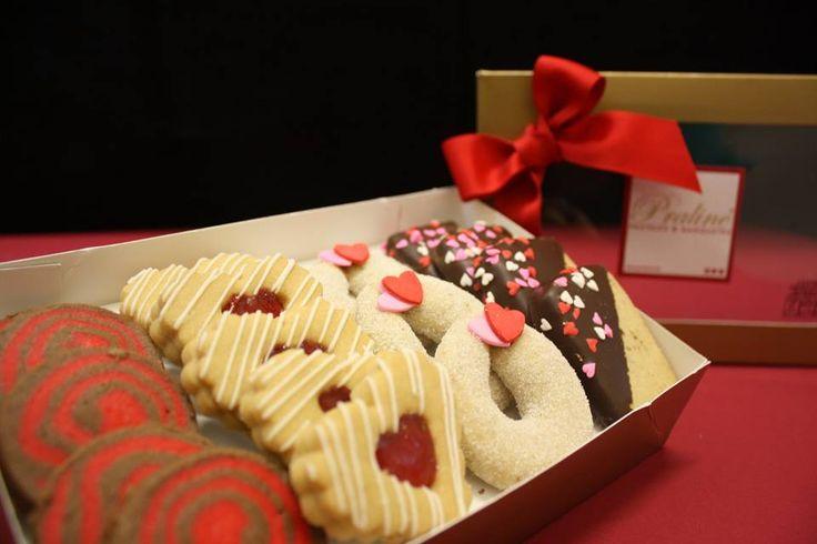 Cajas de deliciosas galletas con decoraciones de San Valentín