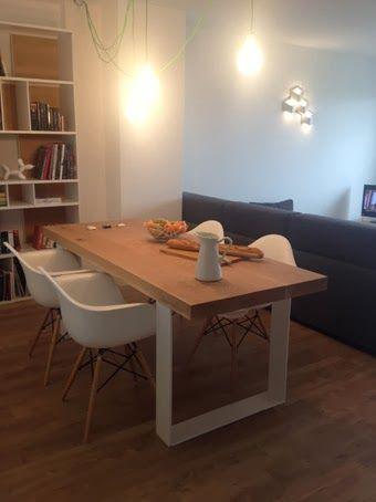 Mesa de madera maciza con patas de hierro lacado en blanco.