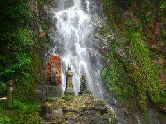 佐賀県のおすすめ週末ドライブスポットの清水の滝を紹介しますよ 清水の滝は小城市にある滝で高さ75m幅13mのダイナミックな滝です 今からの季節は涼を求めて沢山の人が訪れますよ 周りには鯉料理が味わえるお店があるのでぜひ美味しい鯉料理を味わってみてくださいね  #佐賀 #滝 #観光 #ドライブ #鯉 tags[佐賀県]