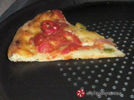 Oλα όσα θέλετε από μια βάση πίτσας. Αφράτη και τραγανή, μαλακιά στη μέση και απίστευτα κριτσανιστή στις άκρες.