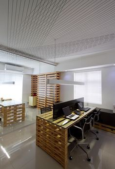 A very urban and contemporary interior design using pallets. This project is located in Recife, Brasil and designed for the coletivo-rt team. For more information acess coletivo-rt.tumblr.com