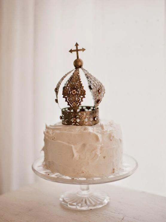 Voile, chapeau, fleurs, serre-tête, le jour J, tout est possible... ou presque. Et pourquoi pas un jolie couronne ? Voilà un couvre-chef...