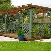 ガーデニングライフの楽しみの1つ、素敵な花壇作り。DIY気分で自分だけのオリジナル花壇を作りませんか。今回は、レンガを積んで作る花壇の作り方をまとめました。 なんでレンガなの?花壇をレンガで作るメリットとは? 庭に花壇を作るときは、レンガで段差をつけるか、地面にそのまま植える方法がよく取られます。以下に、レン