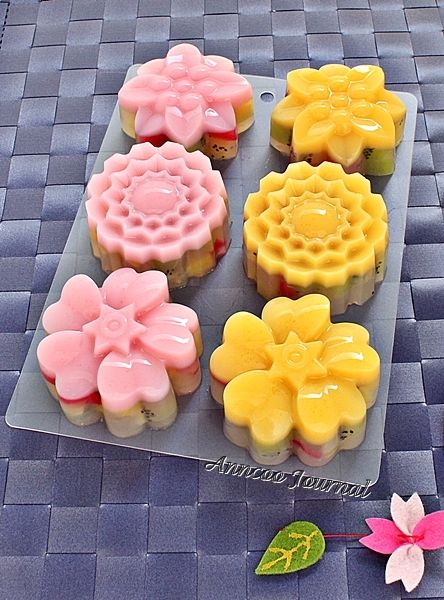Kiwifruit Jelly Mooncakes recipe.  Ok. I will eat fruit if it looks this pretty. Is it ok to eat the seeds as well?