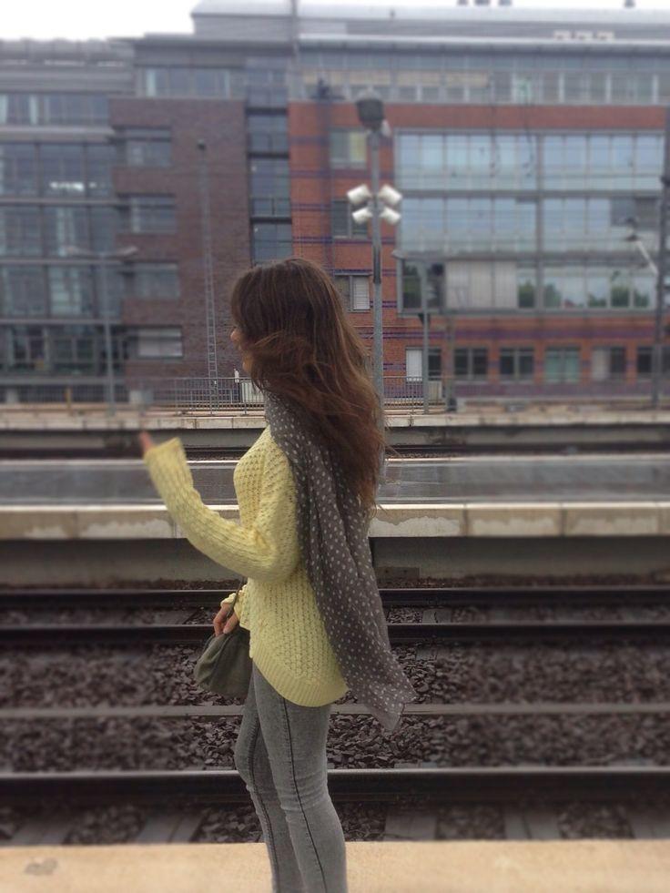 Blog de moda / Fashion blog. Jersey calado amarillo casual - complementos grises / Casual yellow lace sweater - grey accessories.