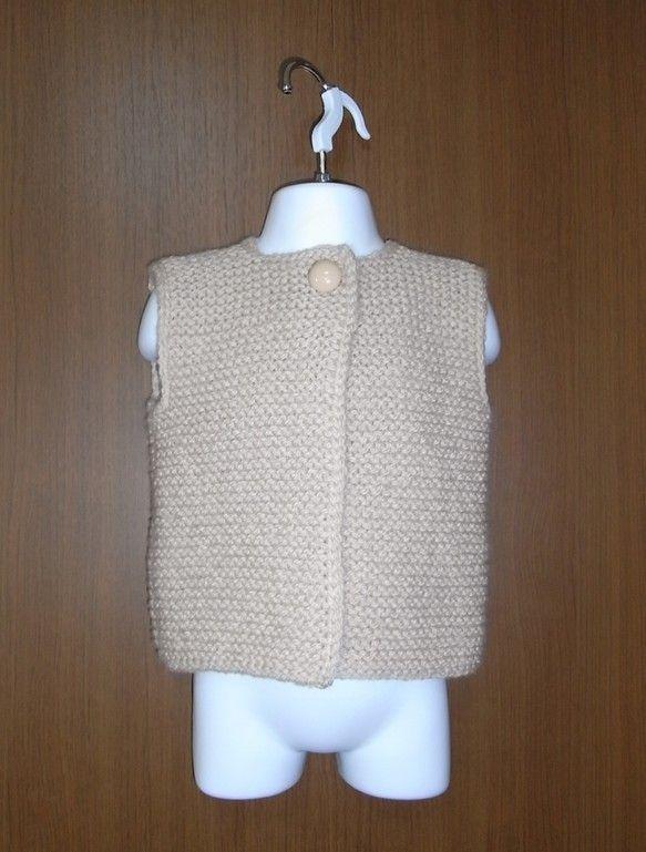 ガーター編みの柔らかい肌触りがお子様を優しく包みます。シンプルで飽きの来ないデザインです。□素材ウール100%□色ピンクベージュ□サイズ胸囲 62cm、着丈 32cm、背肩幅 26cm※商品の色味はお使いのモニターにより多少異なる場合がございますのでご了承の上ご購入お願いします。