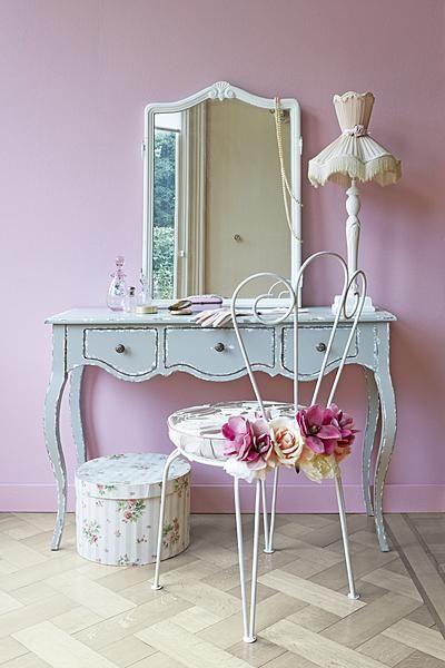 Ooit in de tuin nu een welverdiende plek in de slaapkamer. Het tuinstoeltje is opgeknaptmet witte verf. Voor een zachte zit is een rond kussentje (op)nieuw bekleed #girl-room