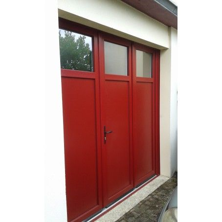porte de garage battante 3 vantaux - couleur rouge foncé - avec hublots rectangulaires en partie haute