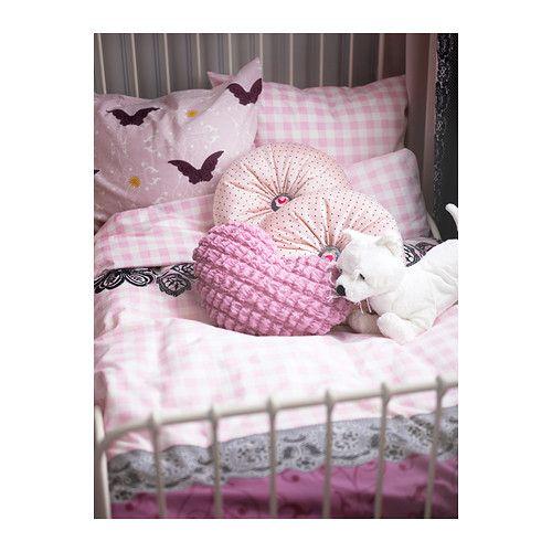 SÅRBAR Cojín IKEA Tu hijo puede colocar este cojín en forma de corazón en la cama o en una silla y dar un toque especial a su dormitorio.