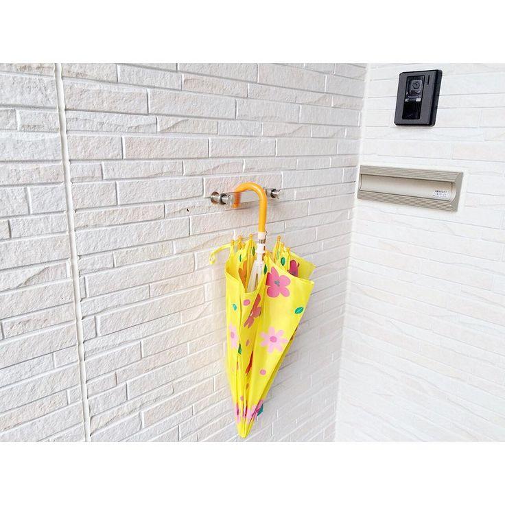 2016.7.16 . 暮らしを快適に . 三連休いかがお過ごしですか☺︎ こちらは、明日からまた雨降りになりそうです . 玄関ドアーのすぐ横 傘かけを設置しています . 今の梅雨時期は特に、雨にぬれた傘はカビ予防の為にもお家に入れたくありません . なので、こうして玄関先に掛けて置いて乾いたらお家に入れる様にしています . 傘を掛けているプレートが前後に動くので、左右がフックにもなりショッピングバックなどの荷物をかけられます 鍵を開けたりする時にもかなり役立っています . 傘立てでは無く掛ける事で、ゴミがたまったりもせずにメンテナンスもお掃除も楽です . じめっとする季節ですが、暮らしやすい工夫をして快適に過ごしたいと思っています☺️✨ . 傘立ては#KAWAJUN のものです . . . 今日は念願だったお庭でプール! 水着姿の娘に歓声が上がりました! 主に夫から… . どうして、こう娘にデレデレなのでしょうか… そして、いつまで受け入れてもらえるのでしょうか… . ずっと一緒にお風呂入る!なんて意気込んでますが . むりむり! . しょんぼりした夫...