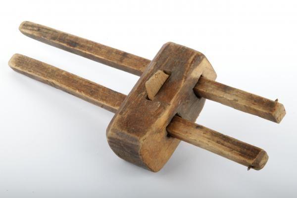 Forssan museo. Puinen suuntapiirrin. Koostuu puisesta palasesta, johon porattu reiät kahta samansuuntaista tikkua varten. Tikut ovat liikuteltavia. Puupalan läpi tikkujen välistä, niihin nähden poikittaisesti kulkee ohut ja pitkulainen puulevy. Suuntapiirrin on työkalu, jonka avulla voidaan piirtää työkappaleeseen sen sivujen suuntaisia apuviivoja.
