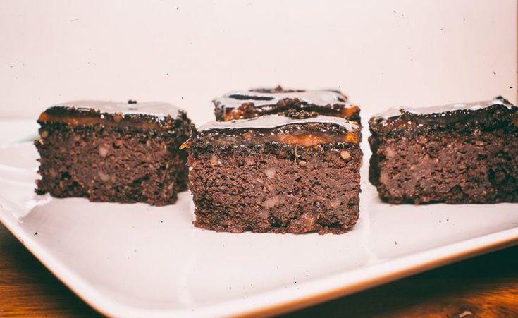 Egy igazi csokibomba. A minőségi csokoládéból, kakaóporból, dióból és sárgabaracklekvárból csak jó dolgok születhetnek. A kókuszliszt hozzáadásával egy nagyszerű gluténmentes süteményt varázsolhatsz az asztalra, ami sokáig eláll, de hamar el fog fogyni. Édesítheted xilittel, eritrittel, steviával, vagy kedvenc édesítőszereddel, de használj túl sokat, hogy az összetevők karakteres íze érvényesülhessen.