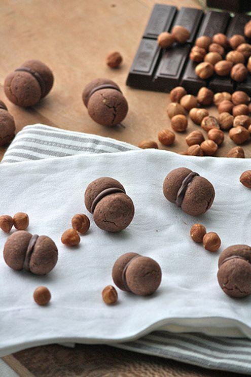 Belli a vedersi, buoni da mangiare. Tra un ricordo d'infanzia e una suggestione Erika ci presenta i suoi baci di dama al cacao ...
