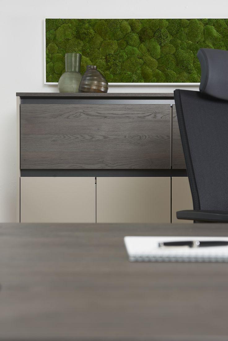 Schrank Purline von Febrü – griffloses, modernes Design sorgt für wohnliches Ambiente im Büro. Der Schrank in sandfarben mit Holzelementen bietet viel Platz für Ordner und andere Büroutensilien.