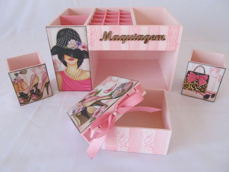 Um charme de organizador. Perfeito para organizar suas maquiagens e enfeitar seu quarto, seu banheiro. Este organizador de maquiagem em mdf, foi decorado com decoupagem, carimbos, listras, relevo transparente e pérolas em alguns detalhes. Acompanha a caixa organizadora dois potinho para seus pinceis, lápis e uma caixinha.  Medidas do organizador: 18x28x16. Medidas dos potinhos: 7,5x7,5x9. Medidas da caixa: 11x11x6.