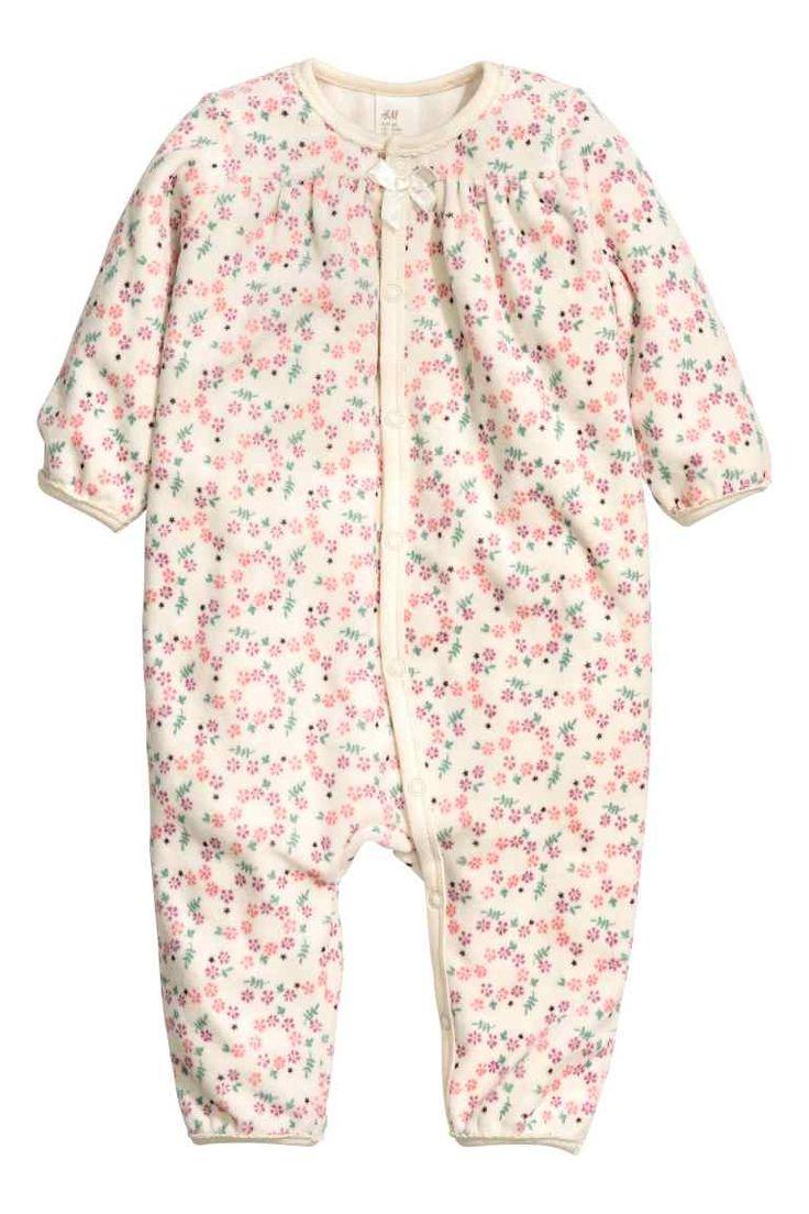 Pyjama en velours: Pyjama en doux velours de coton mélangé à motif imprimé. Modèle avec fronce et nœud décoratif en haut. Boutons-pression devant et le long d'une jambe.