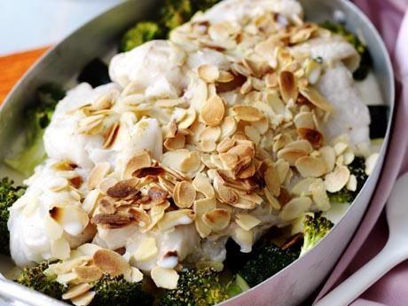 Gräddig mandelfisk med broccoli och ris