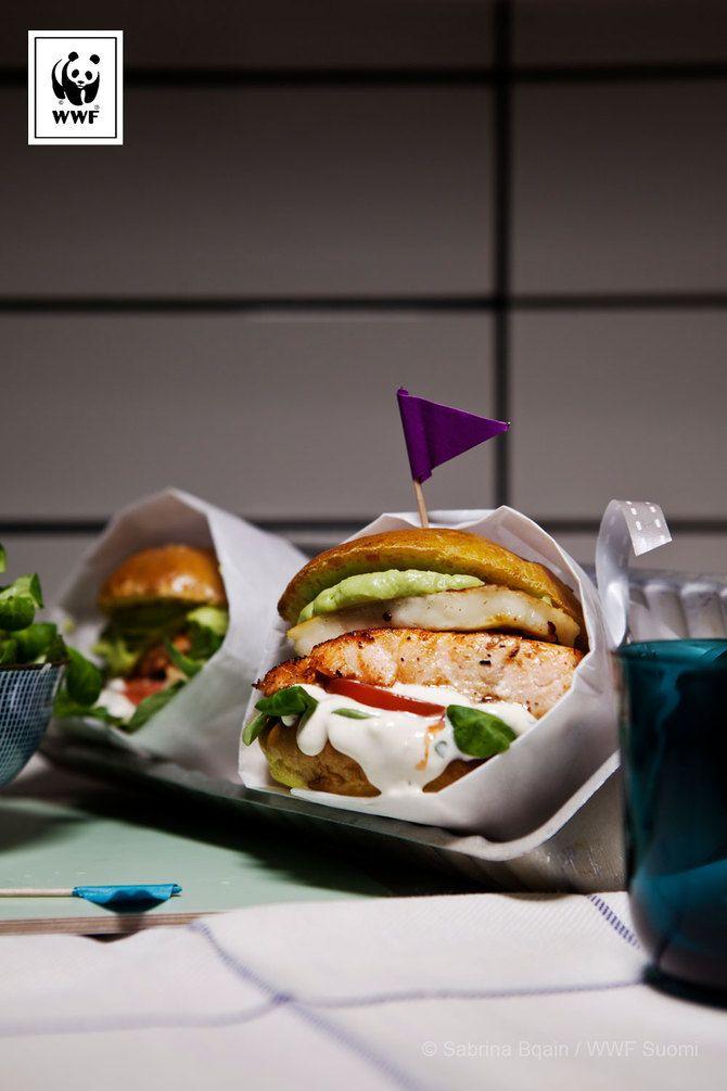 Kirjolohi-halloumiburgerit ja avokadokastike - Soppa 365