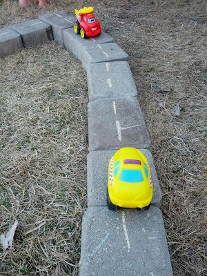 leuk idee om buiten met auto's te spelen