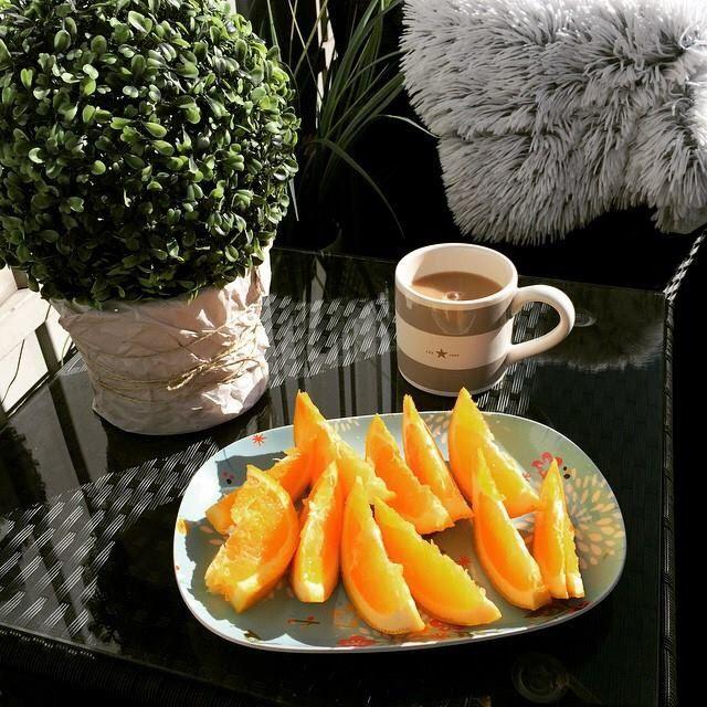Intag av C och D-vitamin en härlig vårdag på balkongen.