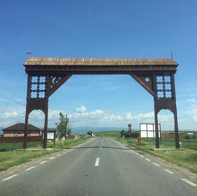 Hand-carved wooden gate in the Székely land (Ținutul Secuiesc) #roadtrip #ȚinutulSecuiesc #Székely #Transylvania #Covasna #Romania #touristinmycountry #weekendtrip #summer : @andreea_sanda -------- #boostingromania #promovezromania #ig_romania #traditions #romaniamagica #szeklerneumarkt #visitkezdi #szeklerland