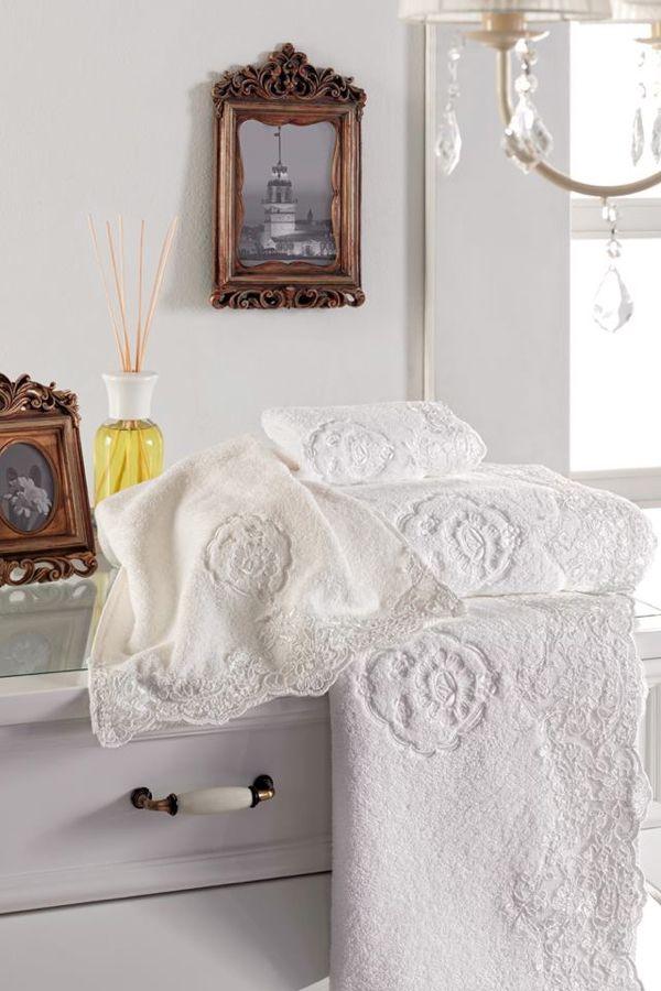 Ručníky a osušky z kolekce DIANA  jsou k dostání v barvě bílé, smetanové nebo růžové. Lze jde skvěle skombinovat s županem stejnojmenného názvu.