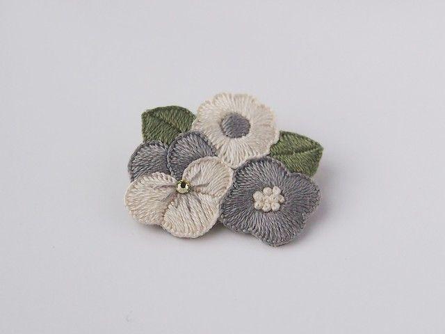 お花たちの刺繍ブローチ(greyish)