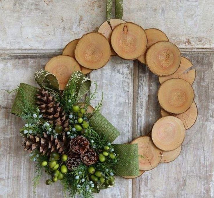 couronne de Noël en bois avec des cônes et noeud en toile de jute
