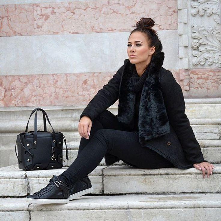 """72 mentions J'aime, 2 commentaires - CHICSHOP.CZ (@chicshopcz) sur Instagram : """"Kožené kabelky Hymy bag v kombinaci nové kolekce obuvi Crime London a kabátu Dreimaster ✔️ Italská…"""""""