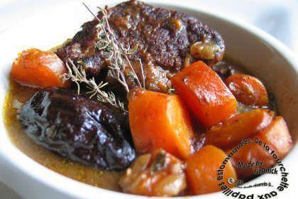 Coupez la viande grossièrement. - Recette Plat : Ragoût de boeuf, carottes et pruneaux à la bière par TitAnick