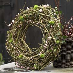 Voorjaar in pasteltinten - Bloesem krans | materialen: krans van wilgentenen (diameter ca. 70 centimeter) • steekbuisjes voor de bloemen • bloemistendraad • snoeihout • bloesemtakken • klimop