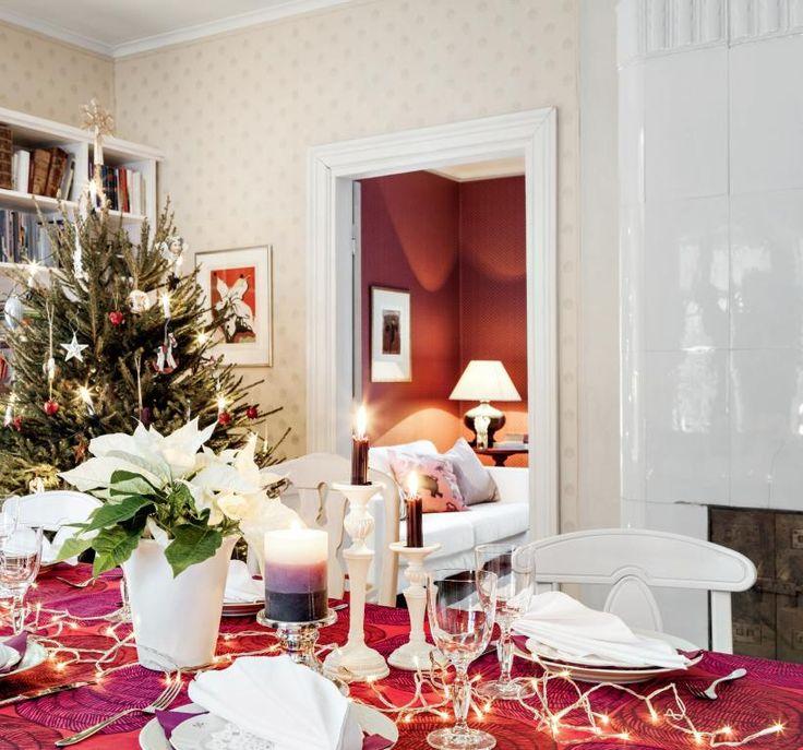 Jouluna pöytä katetaan kauniisti vanhoilla Arabian astioilla. Joululiina on Marimekon Mehiläispesä-kangasta. | ASTU VANHAN AJAN JUHLAAN | Koti ja keittiö
