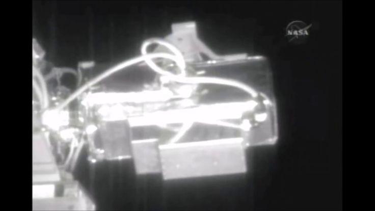 NASA LIVE FEED CUT AGAIN AS 6 LARGE %28UFOS%29 CREEP PAST ISS Alien disc...