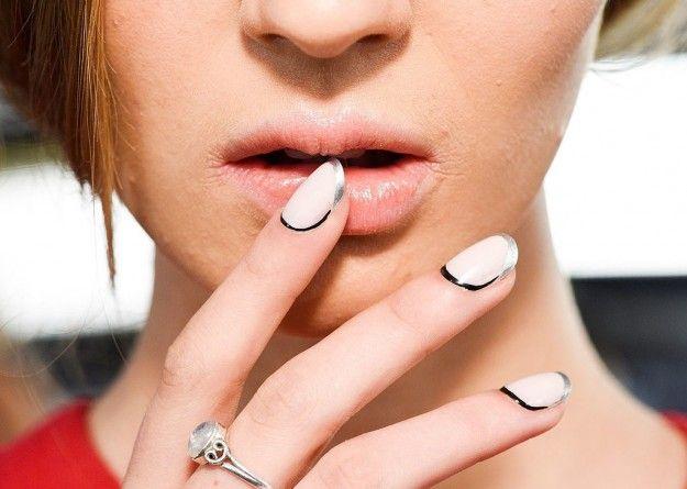 Bianco di base nero sui bordi e silver sulla punta per nail art french originale - Base bianca con bordi neri e punta argento per una manicure elegante che sorprende nella primavera 2016.